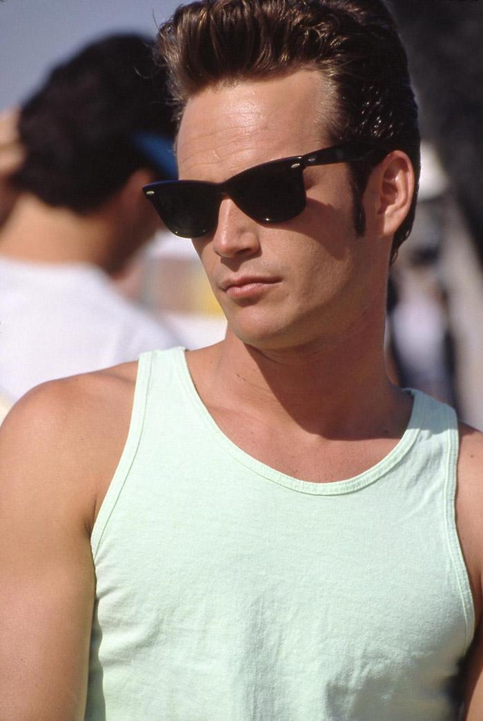 Il tenebroso Dylan in canotta e sunglasses in Beverly Hills 90210