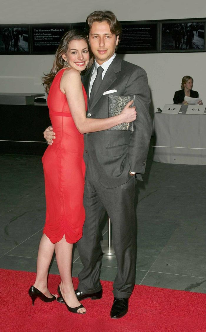 Anne Hathaway e l'imprenditore Raffaello Follieri con cui è stata legata dal 2004 al 2008 prima che questi si beccasse una condanna per truffa per essersi spacciato finanziere del Vaticano.