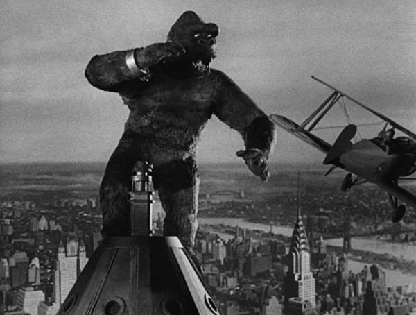King Kong (1933) attaccato dai biplani in cima all'Empire State Building.