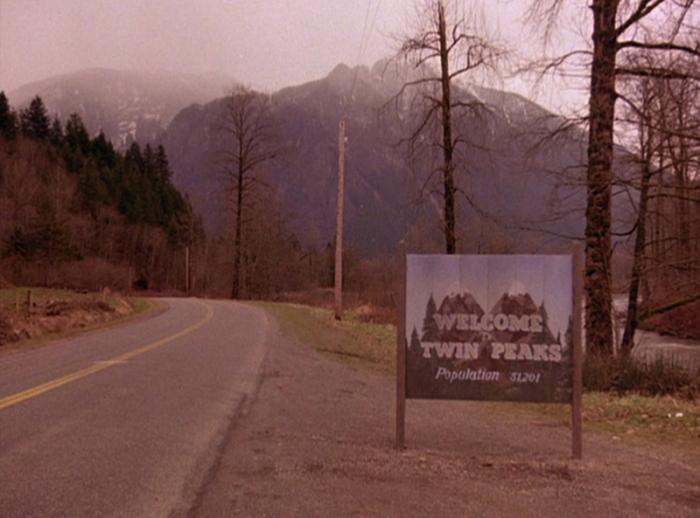 """Twin Peaks (1990-91) La cittadina montana consumata dalla depravazione, dove i residenti si chiedono: """"Chi ha ucciso Laura Palmer?"""""""