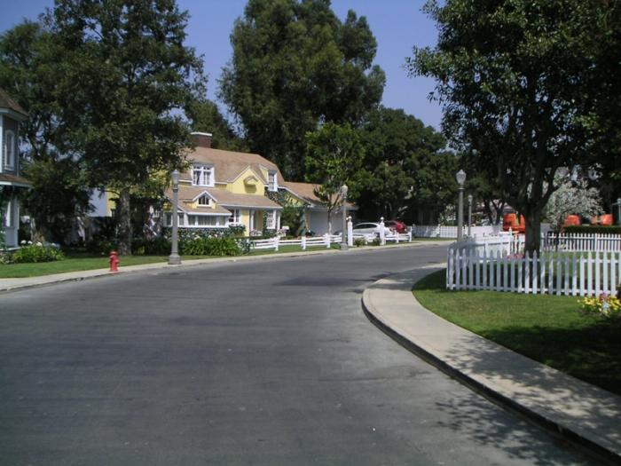 Il patinato quartiere residenziale di Wisteria Lane a Fairview che cela raccapriccianti segreti in Desperate Housewives (2004-2012)