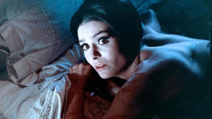 Daliah Lavi si lascia torturare di piacere dal sadico amante-carceriere ne La frusta e il corpo (1963)