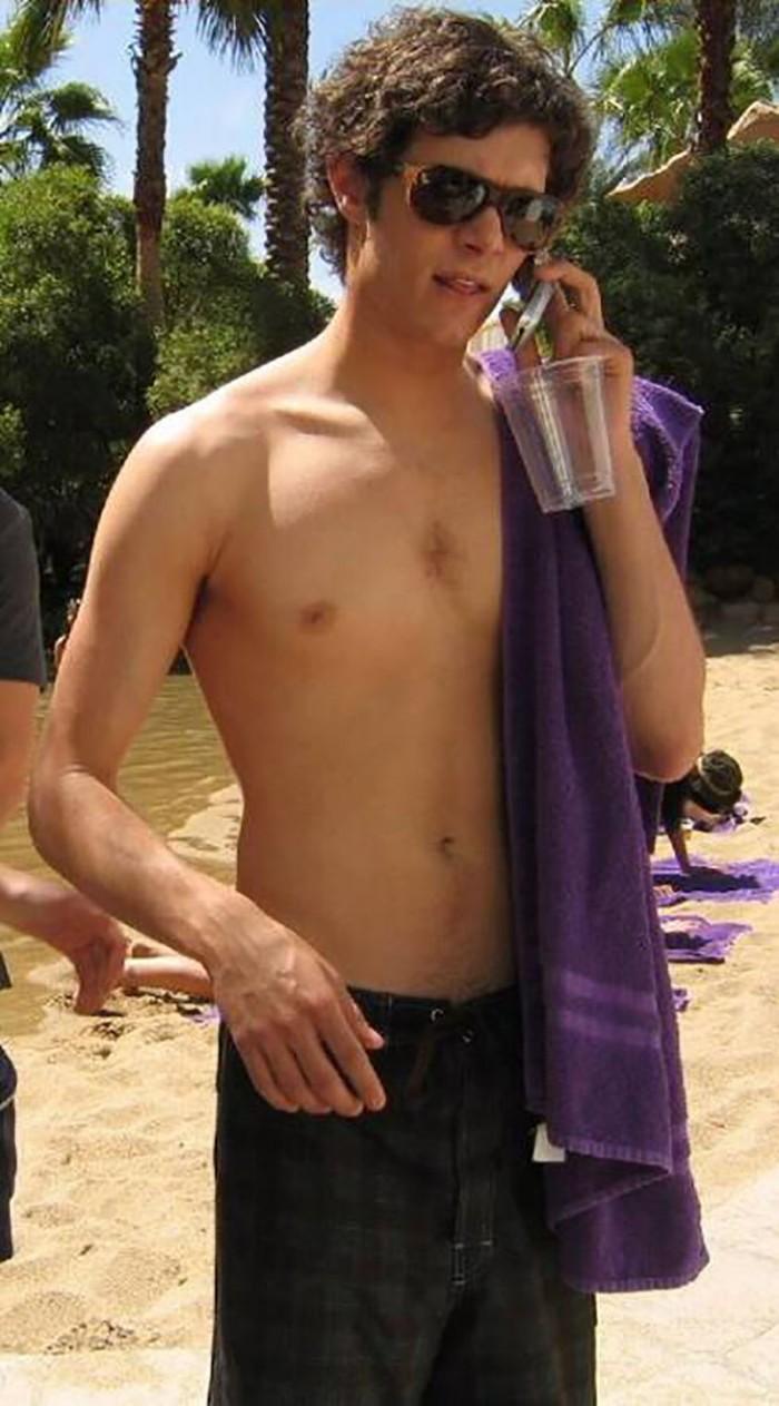 """Adam """"Coen"""" Brody al falò in spiaggia ne The O.C. (2003-2007)"""