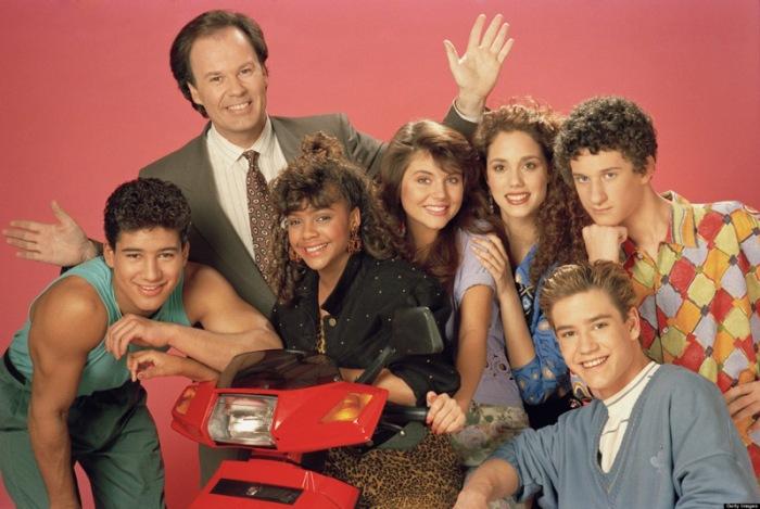 """C'era una volta in cattedra, Hayley Mills che mollò il suo doppio """"con il velo da sposa"""" per assegnare compiti in classe a Zack, Screech e Lisa che la accolgono con un Good Morning, Miss Bliss prima di approdare a Bayside School: il liceo-luna park dove s'imbatteranno in Kelly, Jessie e Slater. Oggi, la sitcom targata NBC (quattro stagioni dal 1989 al 1993) spegne 25 candeline e noi vogliamo festeggiarla imbucandoci nelle coloratissime aule al neon con quel figo di Morris che con i soci dell'intervallo sfilano sgargianti e modaioli nei corridoi degli armadietti fluo.Dai top della sexy Kapowski che racimola mance al fast food dalle luci al led gestito da Max fino alle caleidoscopiche t-shirt oversize di Screech."""