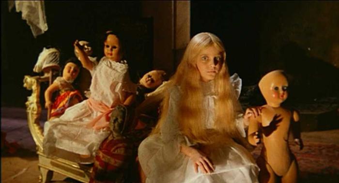 La sconcertante verità sulla spettrale mocciosa che gioca con le bambole in Operazione Paura (1966) è che in realtà fosse un bambino con la parrucca: si chiamava Valerio Valeri ed era il figlio del portinaio del palazzo dove abitava Bava.