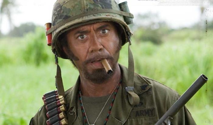 Robert Downey Jr. è Kirk Lazarus in Tropic Thunder (2008): Il cinque volte premio Oscar fautore le metodo australiano di recitazione. Per calarsi nella divisa militare del sergente afroamericano Lincoln Osiris arriva, addirittura, a scurirsi la pelle.