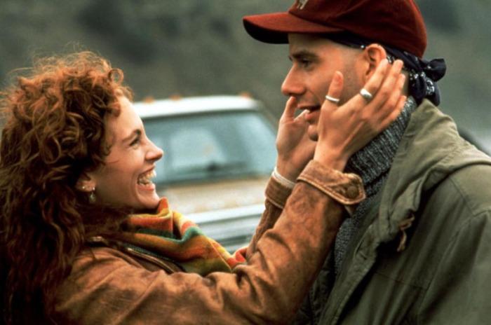 Julia Roberts, infermiera dal sorriso sexy, si prende cura del leucemico Campbell Scott fino ad innamorarsene, perdutamente, in Scelta d'amore - La storia di Hilary e Victor (1991)