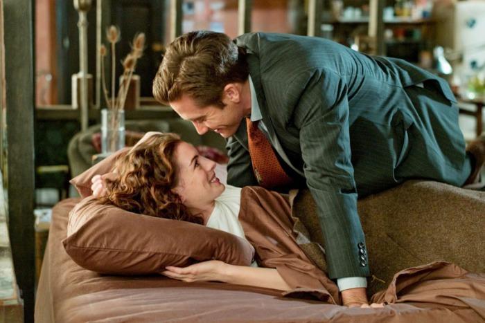 Il rappresentante farmaceutico e inguaribile playboy, Jake Gyllenhaal, si redime perso nello sguardo da gazzella di Anne Hathaway, affetta dal morbo di Parkinson in Amore & altri rimedi (2010)