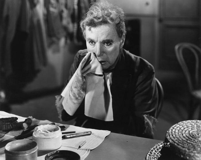 Charlie Chaplin rimpiange i successi di comico-vaudeville in Luci della Ribalta (1952)