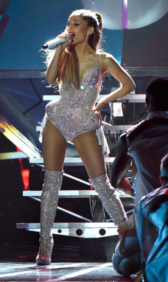 Le sexy performance-bodysuite di Ariana Grande