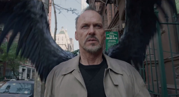 Michael Keaton è Riggan Thomson: ex supereroe di blockbuster tramontato dietro alla maschera di un pennuto in Birdman (2014)