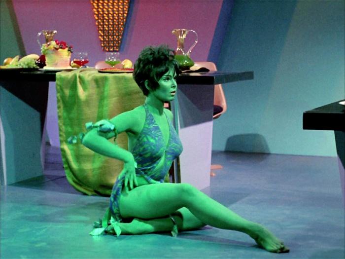 Yvonne Craig è Marta, la seduttrice orioniana che danza peccaminosa in Star Trek (1966-1969)
