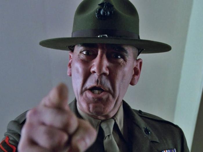 Ronald Lee Ermey è il Sergente Hartman in Full Metal Jacket (1987): Il sadico istruttore macina-marines che denigra le reclute forgiandole al massacro.