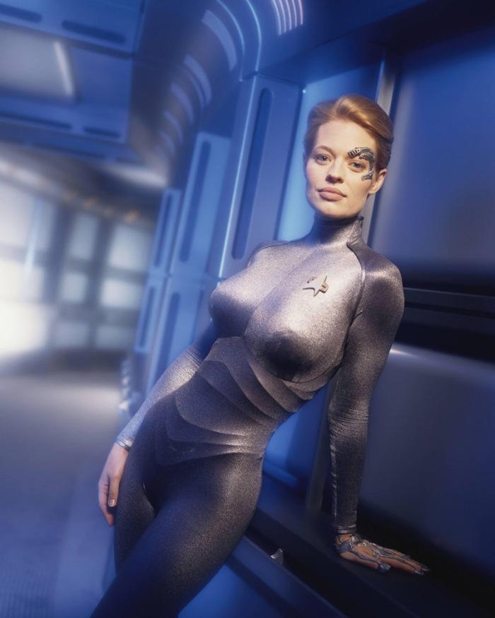 """Jeri Ryan è l'altera Seven of Nine, umana """"assimilata"""" dai Borg e membro dell'equipaggio di Star Trek: Voyager (dal 1997 al 2001)"""