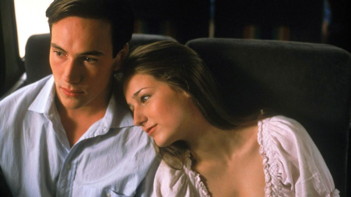 Il turbolento Chris Klein sceglie di stare accanto alla girlfriend Leelee Sobieski affetta da osteosarcoma in Per una sola estate (2000)