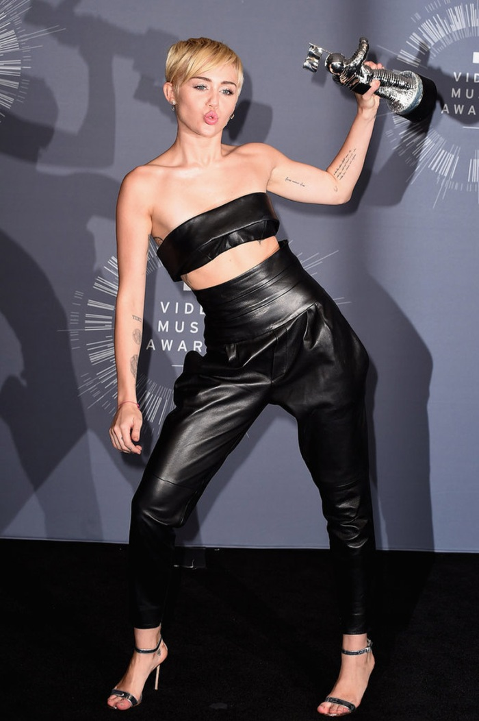 Miley Cyrus vince il premio più prestigioso e lo fa ritirare al bel senzatetto Jessie. Eccola, spumeggiante sofisticata sul black carpet in Alexandre Vauthier Couture.