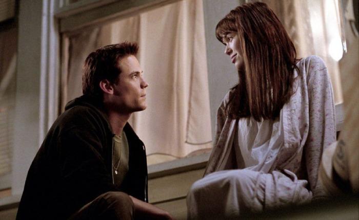 """Il bad boy del liceo, Shane West, dice """"bye"""" al passato quando la sua strada s'incrocia con quella della deliziosa Mandy Moore, figlia del pastore che gli confida di essere malata di leucemia ne I Passi dell'amore - A walk to remember (2002)"""