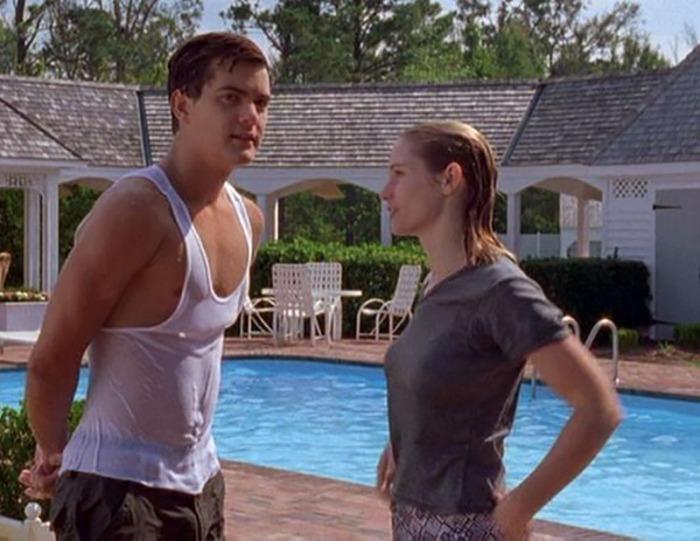 """Joshua """"Pacey"""" Jackson sfodera madidi bicipiti e inaugura il pool break irritando di seduzione l'amichetta di studi in Dawson's Creek (1998-2003)"""