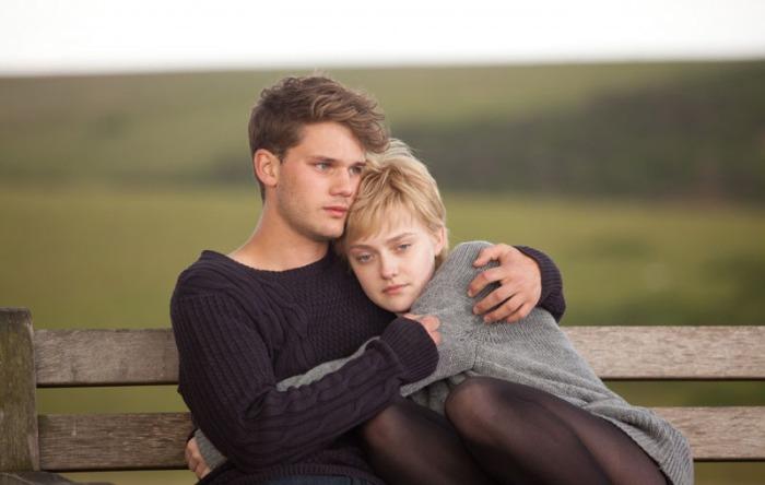 Dakota Fanning, malata di leucemia, decide di passare i suoi ultimi giorni fra le braccia del suo Jeremy Irvine in Now Is Good (2012)