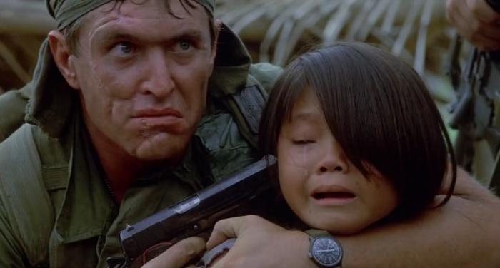 Tom Berenger è Bob Barnes in Platoon (1986): Il crudele veterano a cui importa solo di vincere e che non esita a torturare gli innocenti.