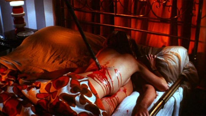 L'orgasmo impalato fra imbrattate lenzuola di sangue in Reazione a catena (1971) È il caposaldo dello slasher; la scena del massacro dei due amanti che copulano verrà riproposta in Venerdì 13: l'assassino ti siede accanto.