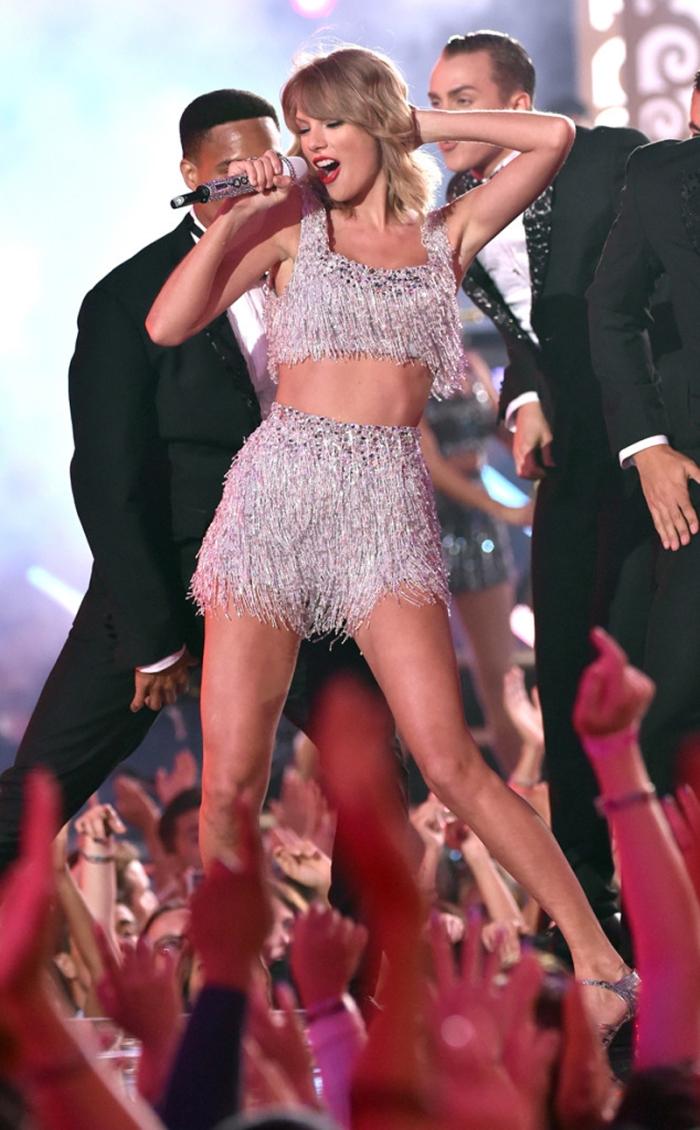 La Taylor Swift on stage dal look tirthies batte quella sul tappeto rosso che mostra chilometri di gambe in pagliaccetto –eighties creato da Mary Katrantzou.