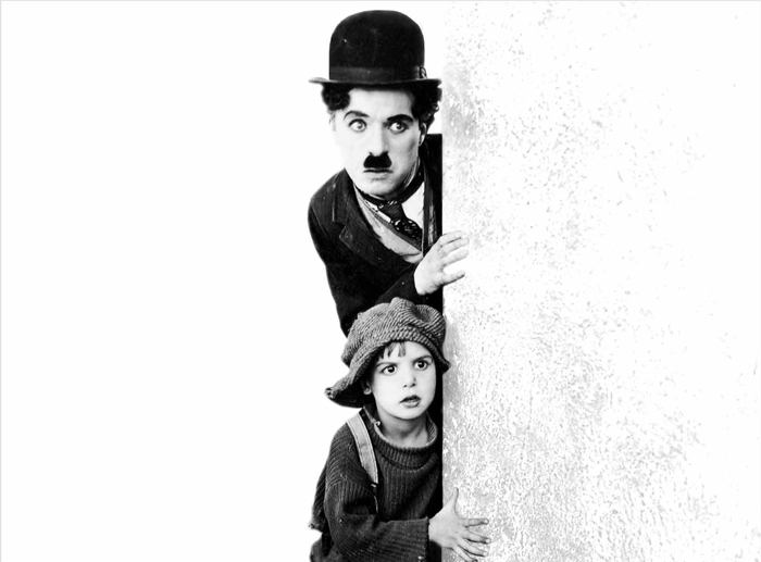Il vetraio ambulante Charlie Chaplin e Il Monello (Jackie Coogan) depistano le autorità per l'infanzia nel capolavoro del 1921.