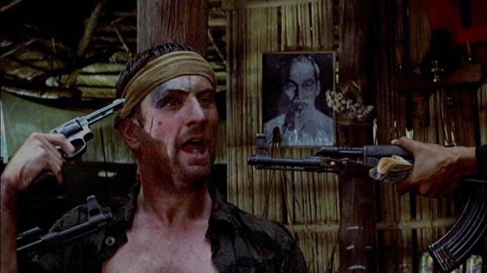 """Robert De Niro è Michael """"Mike"""" Vronsky: Il Cacciatore allucinato dagli orrori di Saigon che gioca a fare il moicano alla roulette russa. (1978)"""