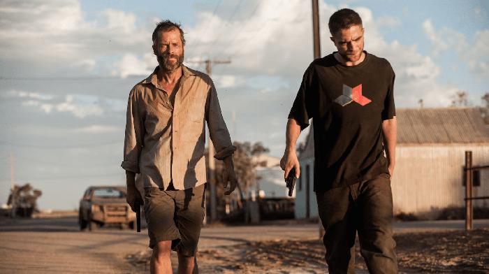Guy Pearce e Robert Pattinson spingono il piede sull'acceleratore seminando un gang di criminali nell'arido deserto post-apocalittico in The Rover  (2014)