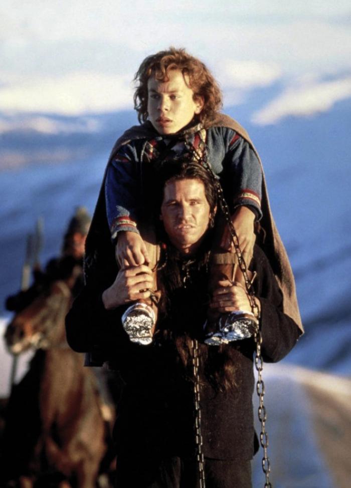 L'aspirante stregone Willow (Warwick Davis) e il ladruncolo spadaccino Madmartigan (Val Kilmer) se la danno a gambe dall'esercito della fattucchiera Bavmorda, nel fantasy di Ron Howard (1988)