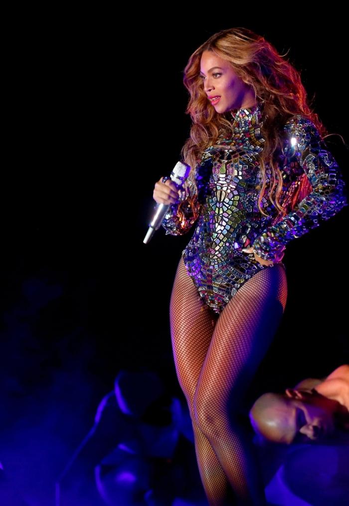 Beyoncé regna alla cerimonia con il suo generoso lato b, fasciato nel body-mosaico caleidoscopico di cristalli firmato Tom Ford.
