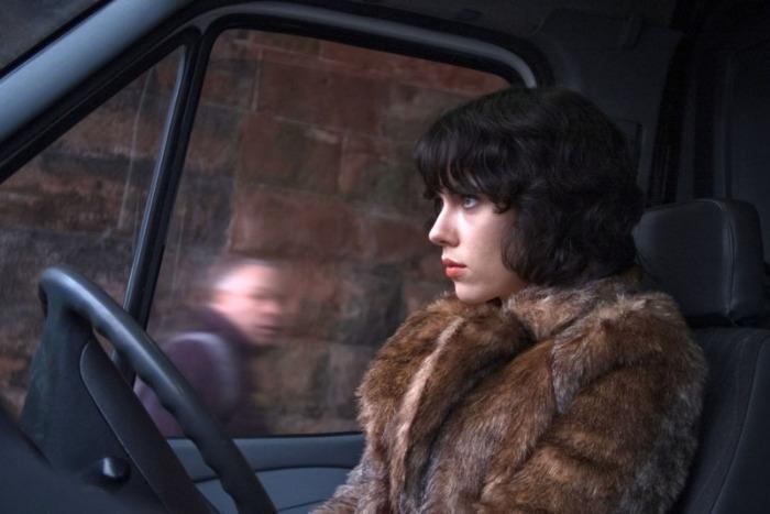Scarlett Johansson è Isserley, l'aliena on the road al volante di un pick-up che adesca autostoppisti cibandosene in Under the Skin (2013)