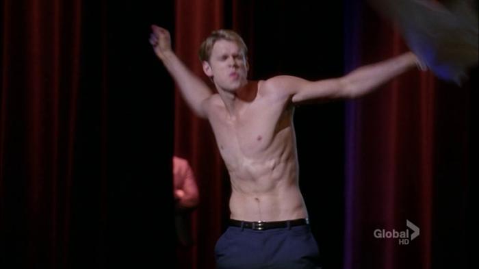 Chord Overstreet liceale belloccio che si scatena sfilandosi la t-shirt nell'aula di canto in Glee (2009-)