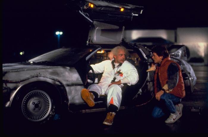 Marty (Michael J. Fox) e Doc (Christopher Lloyd) fuggono dal viaggio temporale a bordo della DeLorean nella trilogia di Ritorno al Futuro