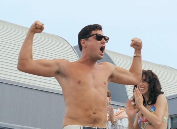 Leonardo DiCaprio si sbottona la camicia ostentando muscoli e dollari ai pool party in The Wolf of Wall Street (2013)