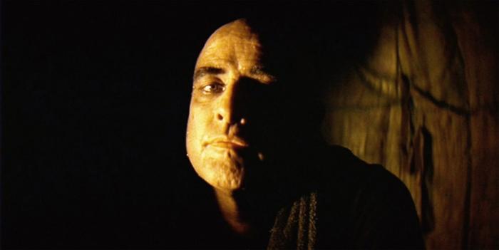 Marlon Brando è Walter E. Kurtz: l'invasato colonnello disertore nascosto nell'ombra, venerato come un oracolo dalla sua tana nella giungla cambogiana.