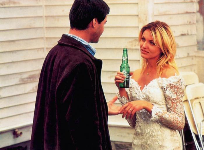 Svergina l'abito nuziale facendolo sulle mattonelle del bagno con il fratello dello sposo mafioso che si vendicherà in Due mariti per un matrimonio (1996)