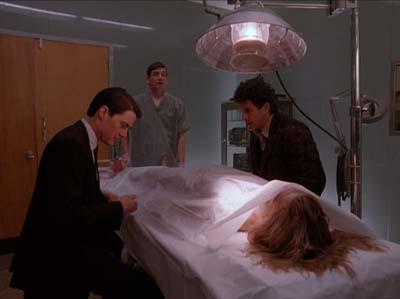 L'analisi sul cadavere della vittima: una ragazza bionda.
