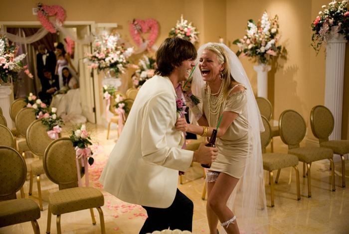 Ubriaca fradicia finisce a letto con Ashton Kutcher e lo sposa da sbronza in Notte Brava a Las Vegas (2008)