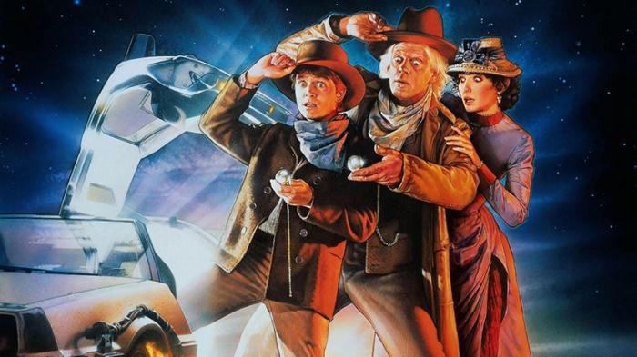 """Questa sera """"andremo sul pesante"""", perché Marty e Dog ci porteranno indietro nel 1885 a bordo dell'argentea DeLorean per il raduno definitivo della trilogia temporale di Robert Zemeckis; Ritorno al Futuro parte III torna nelle sale solo oggi. Per ammazzare il """"continuum tempo-spazio"""" balziamo in sella alle luminescenti Time Machine del cinema e delle serie tv."""
