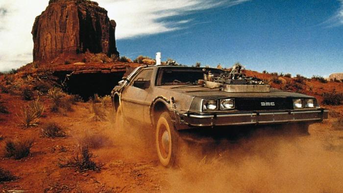 DeLorean DMC-12 Nella bozza originale dello script, era un dispositivo laser di una cameretta. Nel secondo progetto, un frigorifero: l'idea però fu respinta dalla produzione poiché giudicata, potenzialmente, pericolosa per i ragazzini che potevano rimanere intrappolati nel freezer della cucina. Nel concept numero tre, la macchina del tempo prende, finalmente, gli ingranaggi di un'autovettura: la DeLorean, in carrozzeria di acciaio inossidabile non verniciato, era l'unico prototipo creato dalla società.