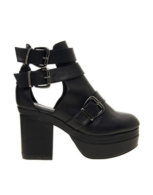 ASOS AGAINST THE CLOCK Cut Out Ankle Boots €41.23