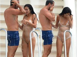 Selena Gomez emerge dalla piscina in trasparenze hot!