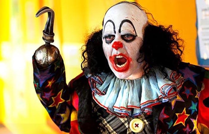 Lo squilibrato clown con l'uncino al posto della mano in Psychoville (2009-11)