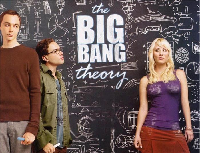 """Dal fisico sociopatico Sheldon Cooper che bussa d'autismo perpetuo alla porta della coinquilina Penny per rincitrullirla con la Big Bang Theory secondo Hawking al paleontologo Ross Geller che assilla i Friends con i suoi """"papponi"""" mesozoici, dal riccioluto genietto matematico Screech che passa i compiti a Morris facendosi beccare a Bayside School al mangia-libri col bavero Eric Forman che colleziona le figurine di Guerre Stellari in That '70s show. Dal nerd Chuck che decripta codici dell'Intelligence a Charlie Eppes mago dei Numb3rs al soldo del Bureau. Dallo sgobbone quattrocchi Bill Haverchuck nella seconda fazione di Freaks and Geeks a Oz il licantropo-rocker dal QI più alto del liceo Sunnydale in Buffy l'ammazzavampiri. Dallo scarno ritaglia-sagome Gareth Keenan in The Office al secchione pel di carota Richie Cunningham di Happy Days, dall'occhialuto Milhouse che spippola sul joystick con Bart Simpson al Time Lord William Hartnell, viaggiatore scientifico a bordo del TARDIS noto alle generazioni come Doctor Who, passando per Artie Abrams paraplegico bullizzato dalla materia grigia da 10 e lode al McKinley High in Glee fino all'oxfordiano dei numeri Daniel Faraday che scompone assiomi temporali nell'isola di Lost."""