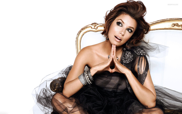 Oggi, festeggiamo le casalinghe più impiccione della tv sbirciando nell'armadio di scheletrini-glamour della piccante fashionista Gabrielle Solis (che vanta il nasino all'insù di Eva Longoria): la massaia-modella che predilige sheath dress (Cavalli e Dolce&Gabbana) dalle nuance shoking che le esaltino l'ambrato incarnato, per dilettarsi ai fornelli, e griffatissime platform che slancino la silhouette di venere-bonsai, per falciare il prato. Ecco la gallery-modaiola della più capricciosa delle ragazze di Fairview fasciata negli abiti della costumista Cate Adair.