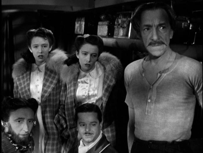La compagnia itinerante che offre un escamotage a Robert Cummings ne Sabotatori (1942)