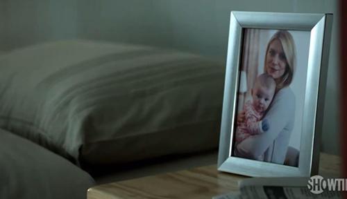 Ha partorito suo figlio ma non si sente adeguata al ruolo di madre.