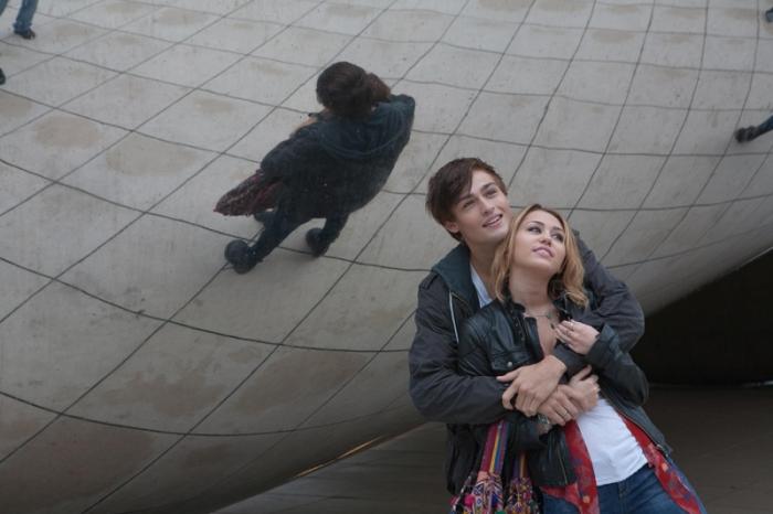 Miley Cyrus e Douglas Booth in LOL (2012)