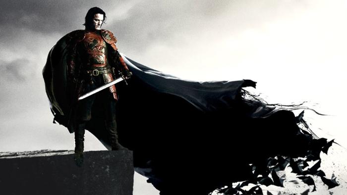 Questo Halloween, il sexy Luke Evans che ci porta alle origini di Vlad l'Impalatore sfoderando  canini affilati in Dracula Untold (da oggi nelle sale).